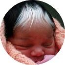 Nagyon bájos az ősz hajjal született baba